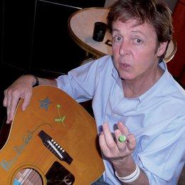 Paul McCartney signierte und bemalte eine Gibson-Akustikgitarre der Marke Epiphone Paul McCartney. Sie wird in Kooperation mit der Kaffeehauskette Starbucks verlost Poster