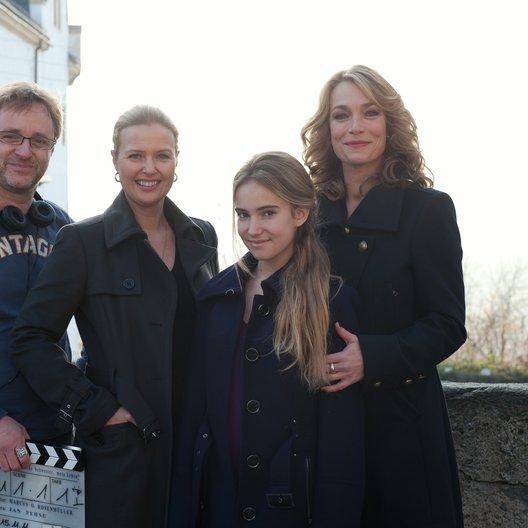 """Marcus O. Rosenmüller, Katharina Böhm (Susanne), Tara Fischer (Jenny) und Aglaia Szyszkowitz (Mia) am Set von """"Am Ende der Lüge"""" (v.l.)"""