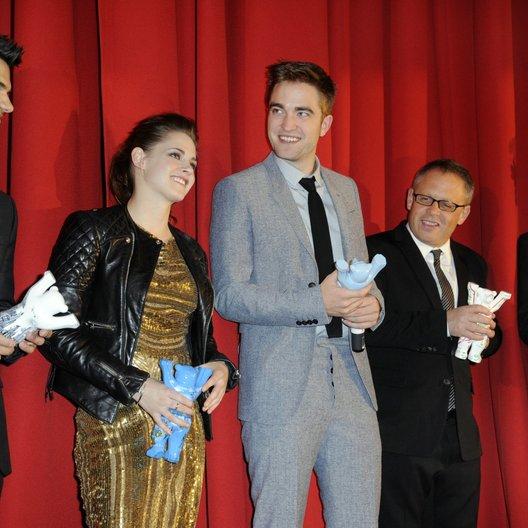 """Filmpremiere """"Breaking Dawn - Biss zum Ende der Nacht, Teil 2"""" in Berlin / Taylor Lautner / Kristen Stewart / Robert Pattinson / Bill Condon / Wyck Godfrey Poster"""