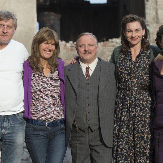 """Carlo Rola, Doris Zander, Axel Prahl, Christiane Paul und Teresa Harder am Set von """"Die Himmelsleiter"""" in Prag"""