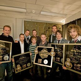 "US-Band OneRepublic erhielt Platin von Universal Music International Division für ""Apologize"" / Bandmanager Peter Katsis, Til Schweiger, Sven Kilthau-Lander, Drew Born, Eddie Fisher und Ryan Tedder, Ulli Kuhnert, Zach Filkins und Brent Kutzle Poster"