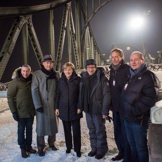 Marc Platt, Tom Hanks, Angela Merkel, Steven Spielbergs, Carl Woebcken und Henning Molfenter Poster