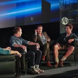 """Steven Gätjen mit Wotan Wilke Möhring, Tom Schilling und Elyas M'Barek bei der Präsentation von """"Who Am I"""" im Cinemaxx München Poster"""
