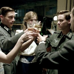 Unsere Mütter, unsere Väter (ZDF) / Teil 1 - Eine andere Zeit / Katharina Schüttler / Miriam Stein / Tom Schilling / Volker Bruch / Ludwig Trepte Poster