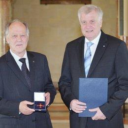 Ministerpräsident Horst Seehofer verlieh Bundesverdienstkreuz an Werner Herzog Poster