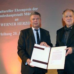 Münchens OB Dieter Reiter (l.) verlieh im Alten Rathaus den Kulturellen Ehrenpreis der Stadt an Werner Herzog Poster