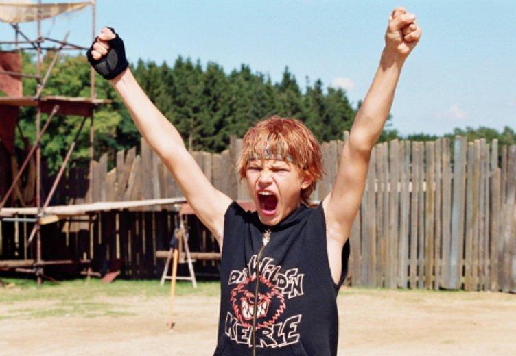 """Jimmi Blue Ochsenknecht als aufstrebender Kinderdarsteller in """"Die Wilden Kerle 2"""" (2005) © Universum Film"""