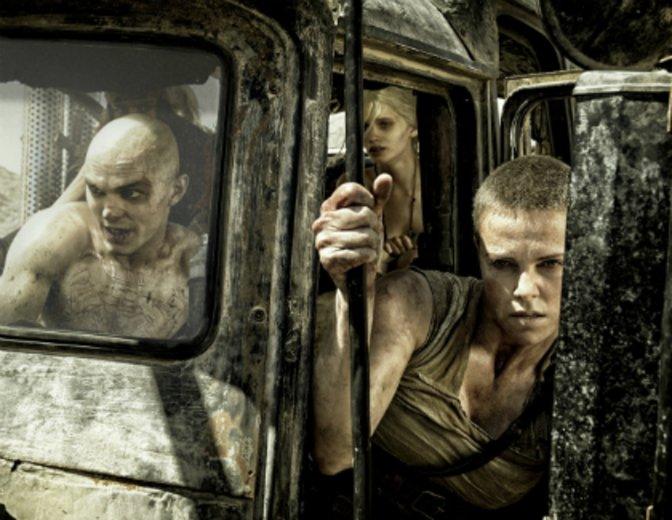 """Fast nicht wiederzukennen, rast er in """"Mad Max: Fury Road"""" durch die postapokalyptische Wüste © Warner"""