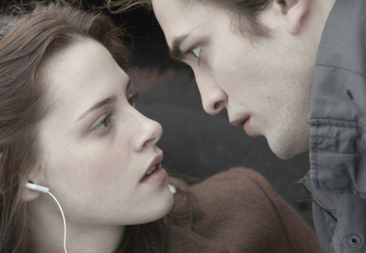 """Kristen Stewart und Robert Pattinson als Liebespaar in """"Twilight - Biss zum Morgengrauen"""" (2008) © Concorde"""