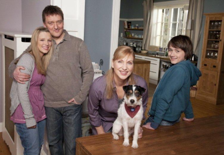 """Iris Mareike Steen mit ihrer Serien-Familie in """"Hier kommt Kalle"""" © ZDF"""