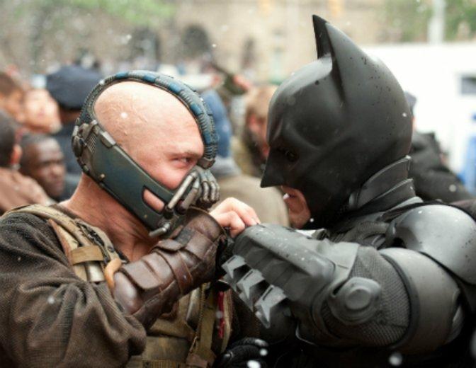 "Als Bane im Kampf gegen Batman: ""Dark Knight Rises"" © Warner"