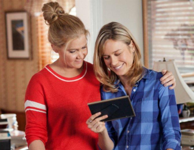 """Amy Schumer und Brie Larson als Schwestern in """"Dating Queen"""" © Universal"""