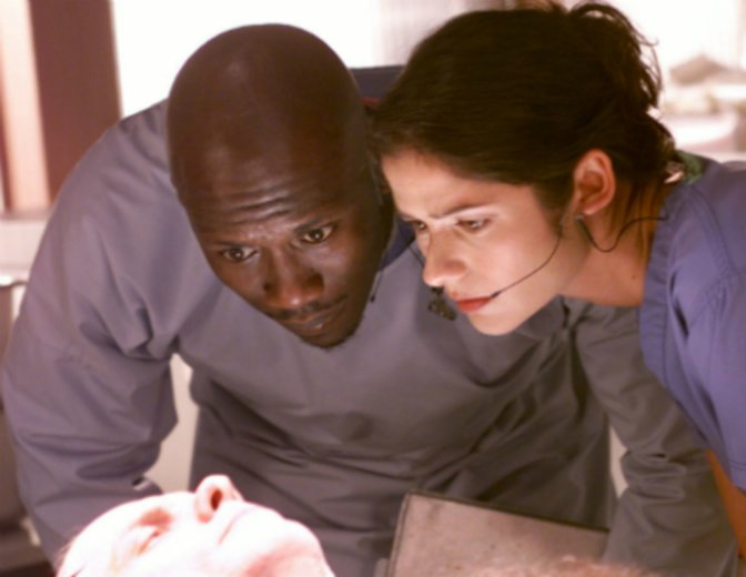 "Neben Jill Hennessey in ""Crossing Jordan"" © Universal / Vox"