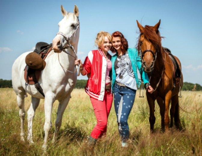 """""""Bibi & Tina"""" sind ein Herz und eine Seele: Lina Larissa Strahl und Lisa-Marie Koroll © DCM"""