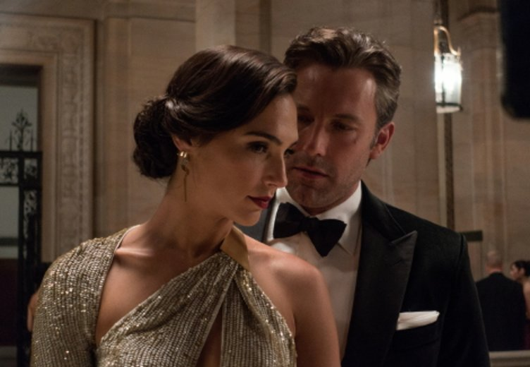 "Gald gadot und Ben Affleck in ""Batman v Superman: Dawn of Justice"" © Warner Bros. Pictures Germany"