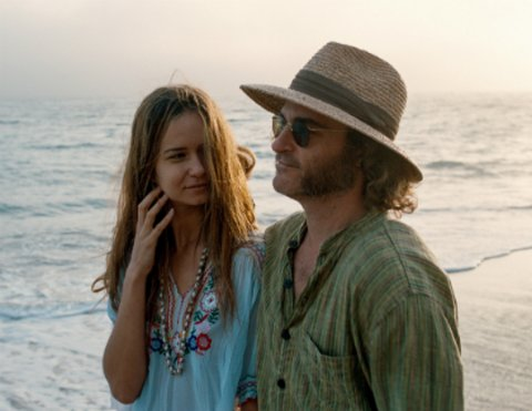 """An der Seite von Joaquin Phoenix in """"Inherent Vice"""" © Warner"""