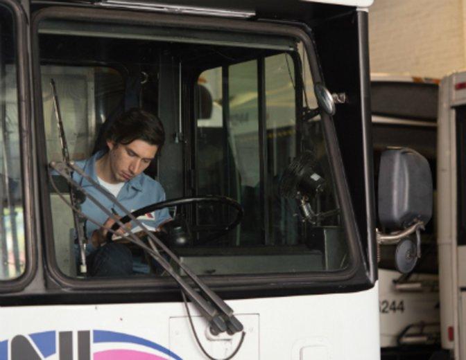 """In """"Paterson"""" zeigt er sich als verträumter Busfahrer © Weltkino"""