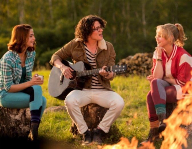 Neben der Schauspielerei singt Lina Larissa Strahl liebend gerne. © DCM