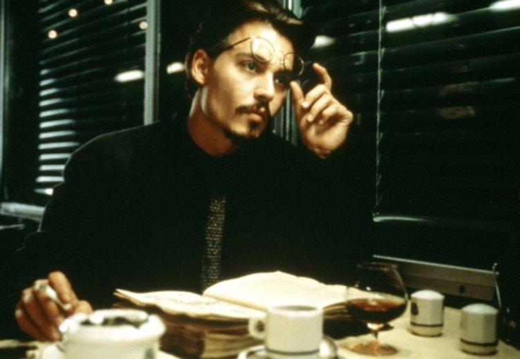 """Johnny Depp zeigt sich im Thriller """"Die neun Pforten"""" von seiner düsteren Seite. © Fox"""
