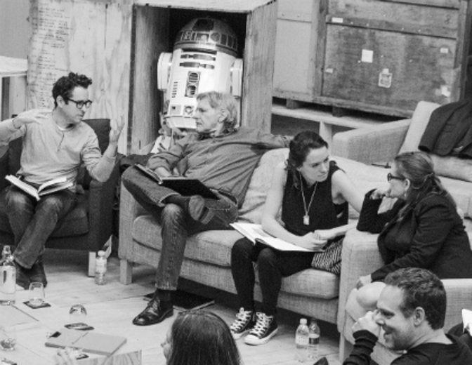 """Über Nacht wird Daisy Ridley zum Star. Hier neben JJ Abrams und Harrison Ford bei den Vorbereitungen für """"Star Wars 7"""" © Walt Disney"""