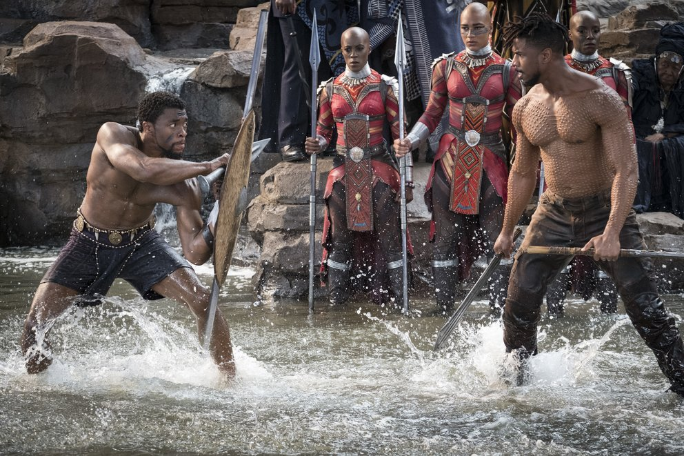Chadwick Boseman als Black Panther im Kampf mit Michael B. Jordan als Erik Killmonger © Disney