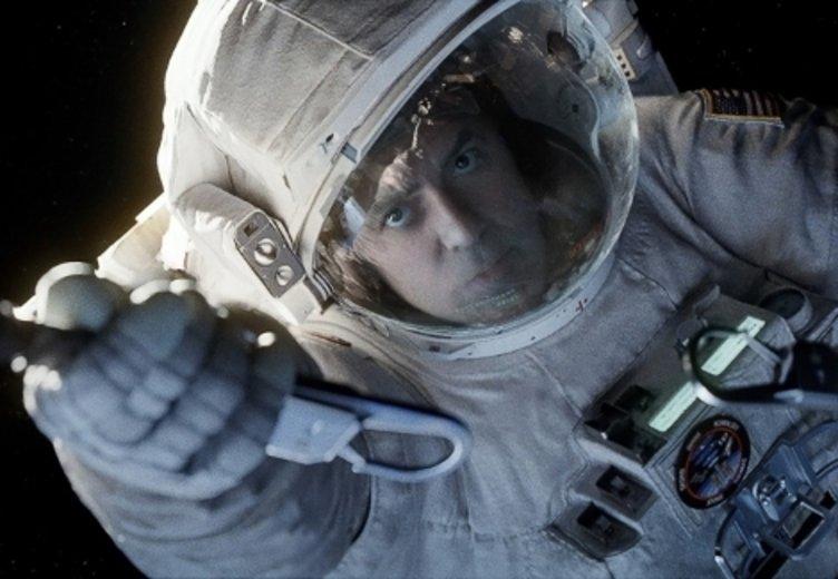 """Völlig losgelöst schwebt Goerge Clooney in """"Gravity"""" (2013) über der Erde © Warner"""