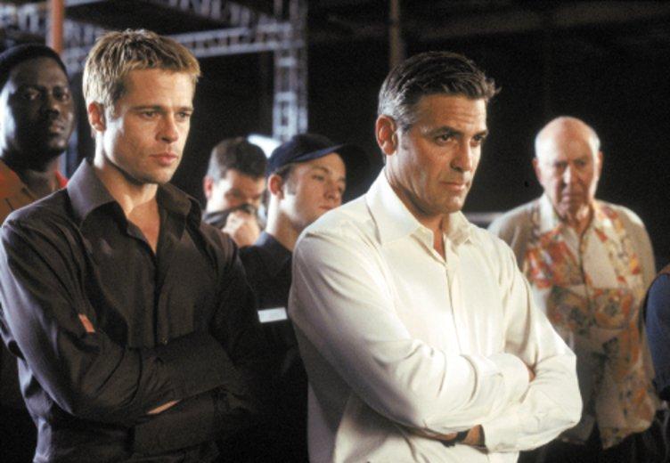 """George Clooney und Brad Pitt als coole Casino-Räuber in """"Ocean's Eleven"""" © Warner"""
