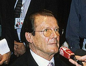 Roger Moore wird adelig
