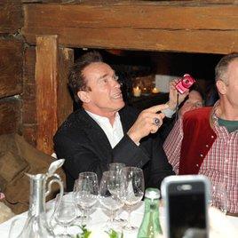 Arnold Schwarzenegger kapituliert im Stanglwirt vor Reporter