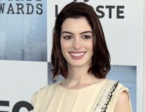 "Anne Hathaway singt ""Song One"""