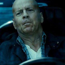 """""""Stirb Langsam 5""""-Ausschnitt mit Bruce Willis auf Verfolgungsjagd"""