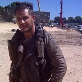 """Neues Foto von Tom Hardy am """"Mad Max""""-Set"""