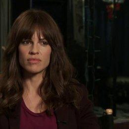 Hilary Swank über die Beziehung von Kate und Evan, über die Besetzung von Bec (Emmy Rossum), über die Zusammenarbeit mit Emmy Rossum - OV-Interview Poster