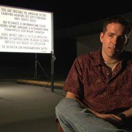 Ryan Reynolds über Jerrys Wahrnehmung der Welt und die Realität - Interview Poster