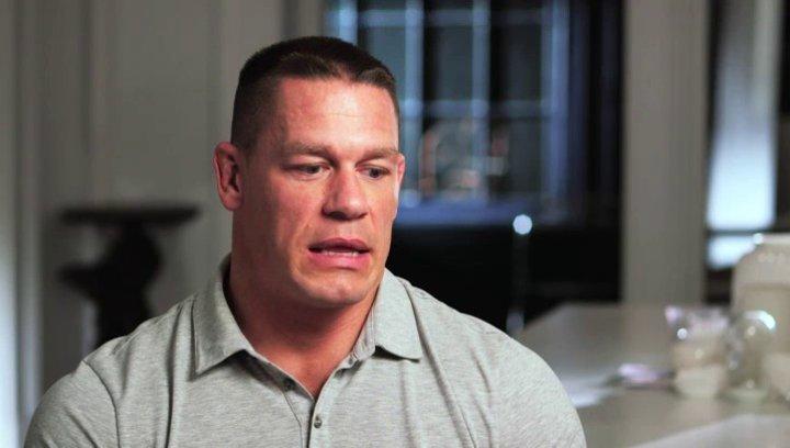 John Cena - Steven - über seine Erfahrungen, die er beim Dreh gemacht hat und die Zusammenarbeit mit Judd Apatow - OV-Interview Poster