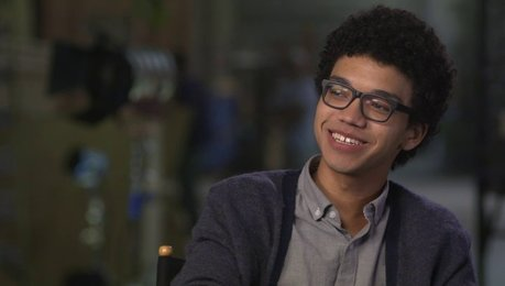 Justice Smith über Jaz Sinclair als Angela - OV-Interview Poster