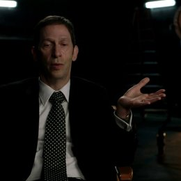 Tim Blake Nelson über Harvey Elder der die Superhelden diszipliniert - OV-Interview Poster
