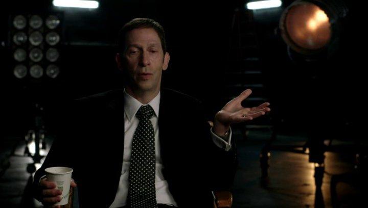 Tim Blake Nelson über Harvey Elder der die Superhelden diszipliniert - OV-Interview Poster