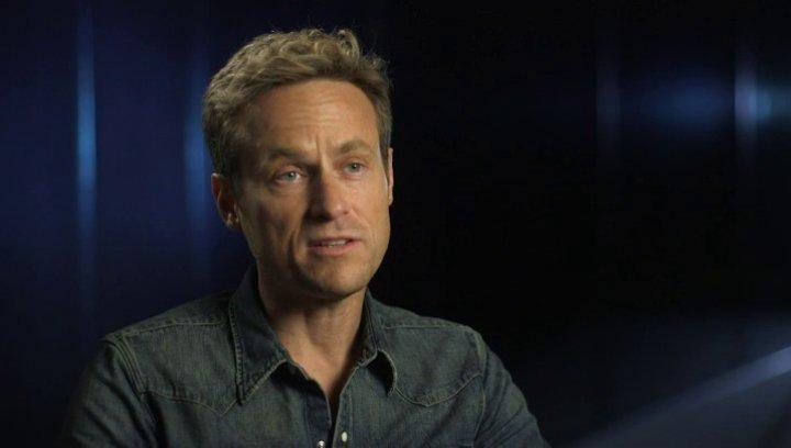 Alex Young darüber dass der Film ein kompletter Neustart der Geschichte ist - OV-Interview Poster