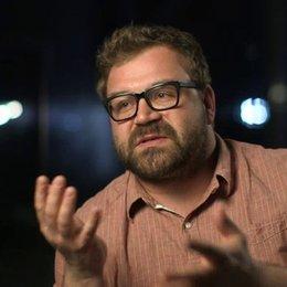 Aleksander Bach darüber das der Film von den Figuren getragen wird - OV-Interview Poster