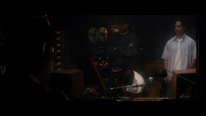 Dr Dre hilft Eazy E bei Aufnahmen - Szene Poster