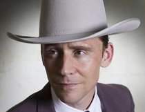 "Tom Hiddleston singt im ersten Clip zu ""I Saw the Light"""