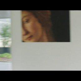 Rose beauftragt ihre Assistentin, eine Freundin für sie zu finden - Szene Poster