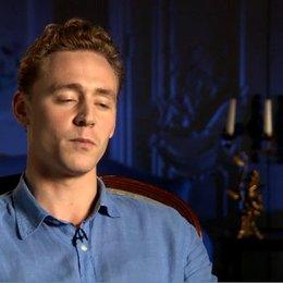 Tom Hiddleston (Capt Nicholls) über die Art wie Steven Spielberg Regie führt - OV-Interview