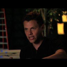 Will Gluck über Dreharbeiten in New York auf dem Times Square - OV-Interview