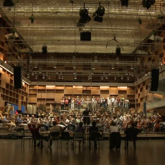 Panoramaaufnahme des Saals mit Orchester - Making Of