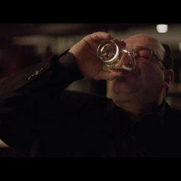 Cogan trift Mickey in Bar - Szene