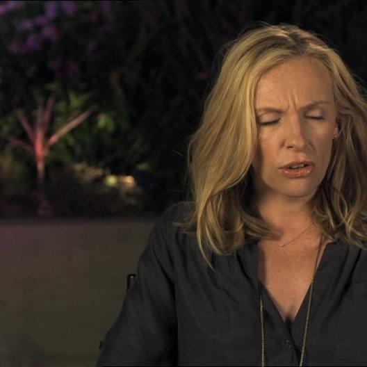 Toni Collette - Sarah - über ihre Arbeit mit Julia Louis-Dreyfus - OV-Interview