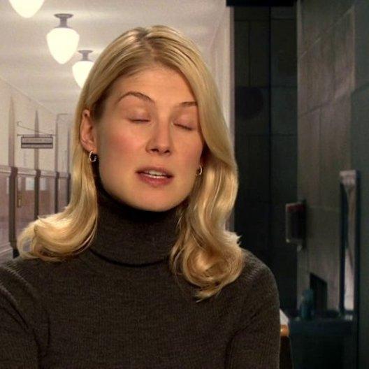 Rosamund Pike - Helen über Christopher McQuarrie als guten Drehbuchautor - OV-Interview