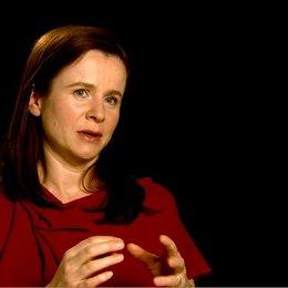 Emily Watson (Rosie Narracott) über Jeremy Irvine - OV-Interview